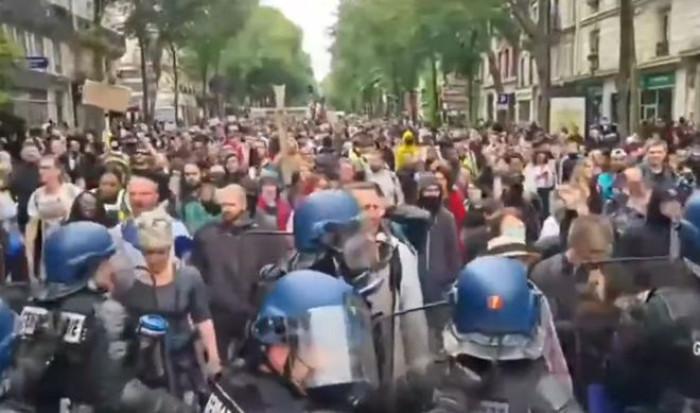 Mentre Francia e Grecia scendono in piazza per protestare in Regno Unito si festeggia il Freedom Day