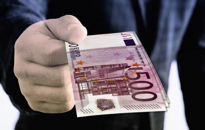 Via le banconote da 500 euro in tutta l'Ue e tetto ai pagamenti in contanti a 5.000 euro. La proposta